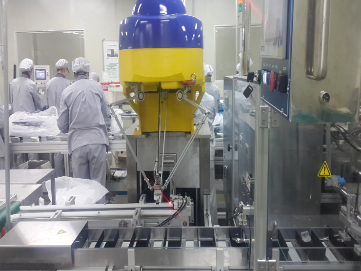 Product supplying robot